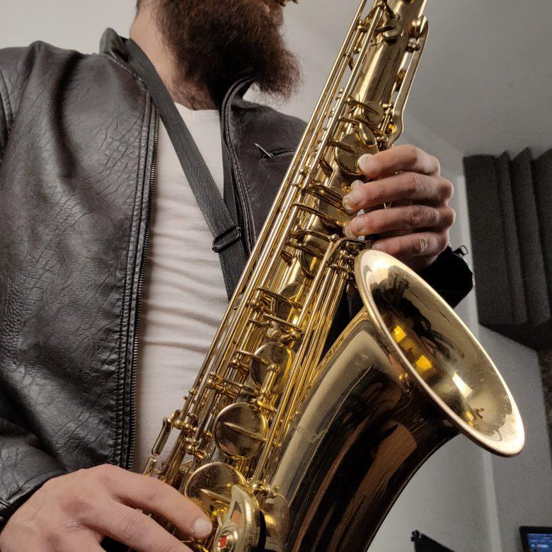myke-mikel-zurdo-mantas-saxo-saxofon-tenor-musico (6)-min